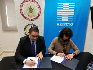 D. Francisco Javier Morcillo Tejero, Director de ASEPEYO Ciudad Real, y Dª. Patricia Plaza Martín, Presidenta del CGSCR, en el momento de la firma del Acuerdo de Colaboración. 10 de enero de 2019.